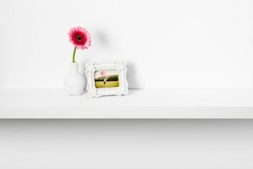 Frame - Border「Picture frame and daisy flower on shelf」:スマホ壁紙(7)