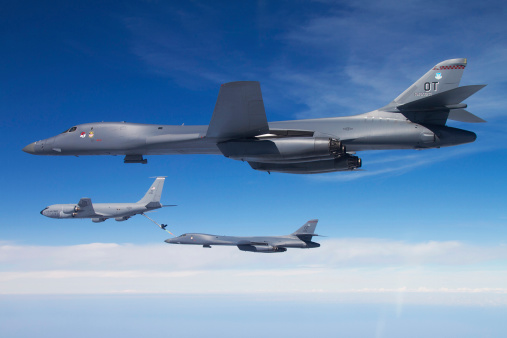 Bomber Plane「A B-1B Lancer stands by as another Lancer connects with a KC-135 Stratotanker.」:スマホ壁紙(16)