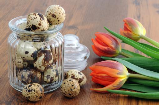 ウズラの卵「ガラス、ウズラの卵と赤いチューリップテーブル」:スマホ壁紙(15)