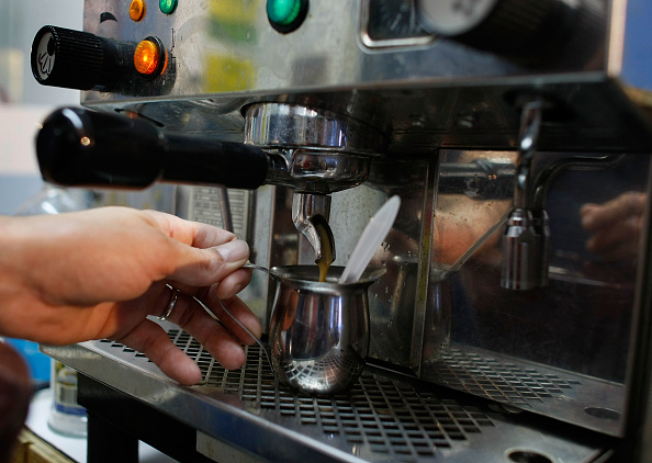 Pouring「Coffee Futures Hit Highest Price In A Decade」:写真・画像(7)[壁紙.com]