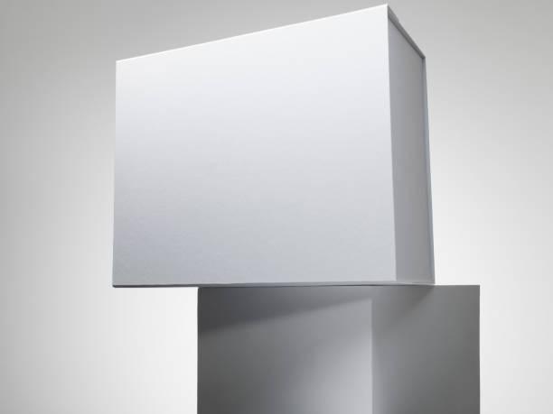 White box on a white plinth:スマホ壁紙(壁紙.com)