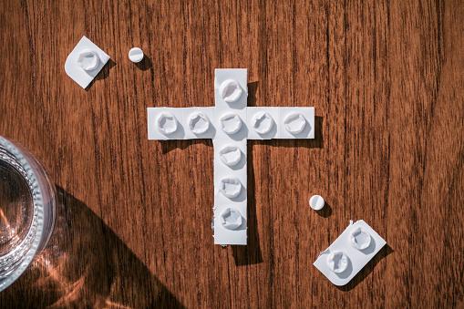 Drug Overdose「Medical blister pack in the shape of a cross」:スマホ壁紙(17)