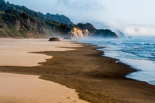 Arcadia Beach「Fog hugs Hug Point and Arch Cape at Arcadia Beach, Tolovana Park」:スマホ壁紙(3)