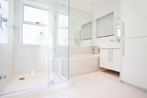 Wide Angle「Glamorous, all white, modern bathroom」:スマホ壁紙(18)