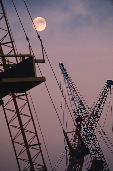紫「Forest of cranes at moonlight, Canary Wharf, London, United Kingdom」:写真・画像(10)[壁紙.com]
