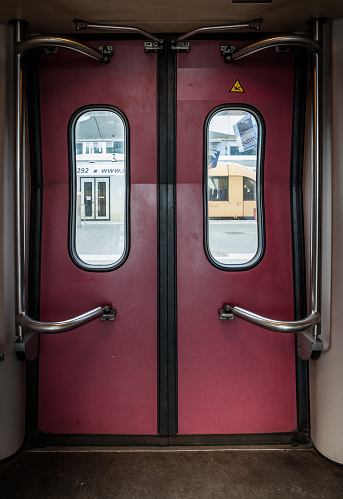 Train Interior「Train doors」:スマホ壁紙(13)