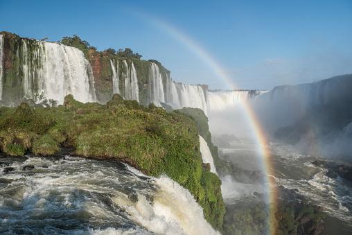 虹「Rainbow against splashing waterfalls, Parana, Brazil」:スマホ壁紙(9)