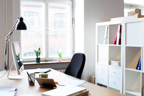 Desk in empty office:スマホ壁紙(壁紙.com)