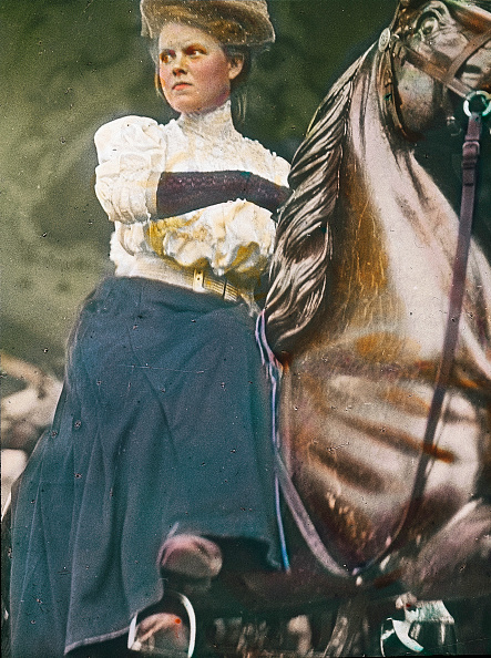 Middle Class「Young lady on horseback. Young lady riding on a merry-go-round-horse at the Viennese Wurstelprater. Vienna. Photograph by Emil Mayer. Hand-colored lantern slide. Around 1905-1910.」:写真・画像(13)[壁紙.com]