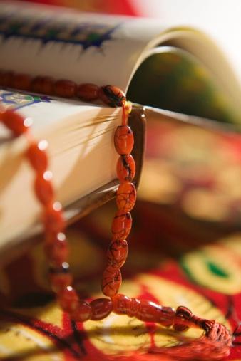 Praying「Quran in Arabic Calligraphy and Prayer Beads. Dubai, United Arab Emirates」:スマホ壁紙(2)