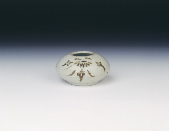 Chrysanthemum「Waterpot with floral sprays in underglaze brown splash, early Choson dynasty, Korea, 16th century.」:写真・画像(10)[壁紙.com]