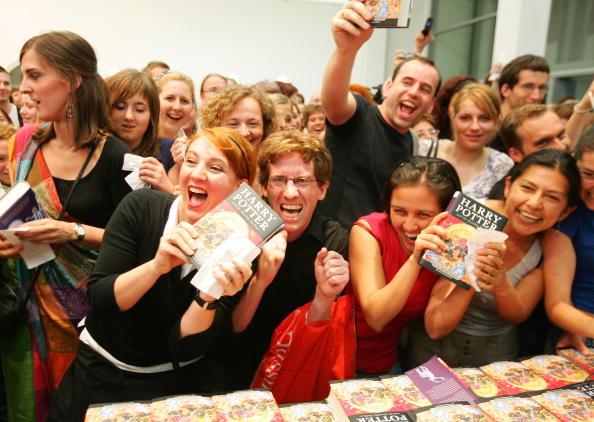 """Holding「Final """"Harry Potter"""" Book Goes On Sale」:写真・画像(14)[壁紙.com]"""