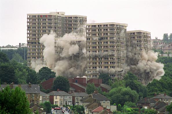 Demolishing「Explosive demolition of high rise flats Sheffield, United Kingdom」:写真・画像(6)[壁紙.com]