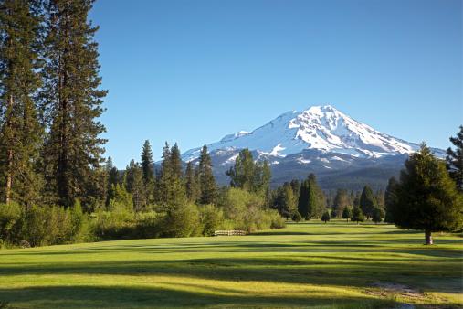 雪山「ゴルフコースと Mt シャスタ morn」:スマホ壁紙(19)