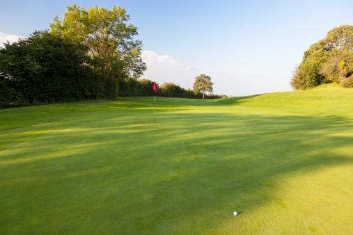 Golf Flag「Golf Course & Red Flag, Gloucestershire, England」:スマホ壁紙(12)