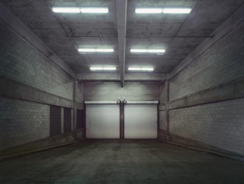 Garage「Empty garage with closed doors」:スマホ壁紙(13)