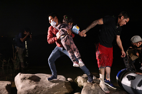 Human Role「Migrants Cross Into Texas From Mexico」:写真・画像(10)[壁紙.com]
