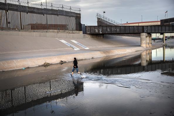 Shallow「Migrants Cross From Mexico Into U.S. Near Ciudad Juarez」:写真・画像(9)[壁紙.com]