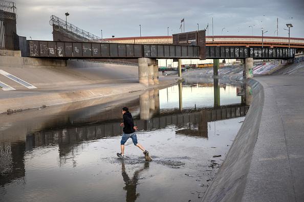 Shallow「Migrants Cross From Mexico Into U.S. Near Ciudad Juarez」:写真・画像(10)[壁紙.com]