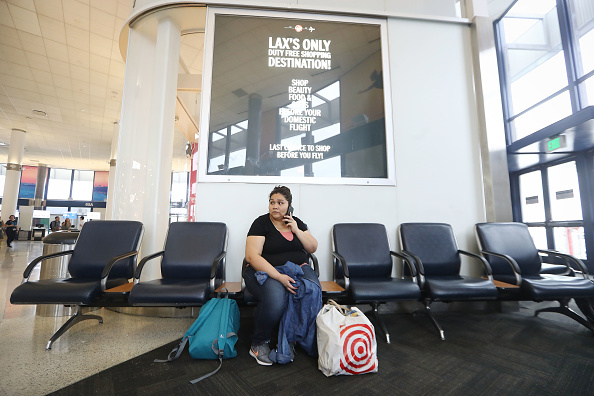 LAX Airport「Asylum Seeking Mexican Immigrant Reunited With Family After Months Of Detainment」:写真・画像(16)[壁紙.com]