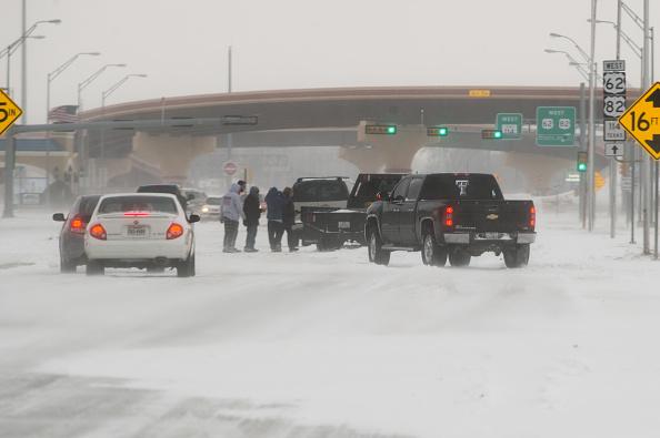 雪の吹きだまり「'Historic' Blizzard Sweeps Through Texas Panhandle」:写真・画像(17)[壁紙.com]
