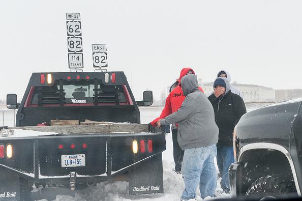 雪の吹きだまり「'Historic' Blizzard Sweeps Through Texas Panhandle」:写真・画像(16)[壁紙.com]