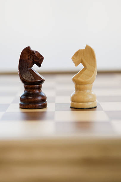 Opposing knight chess pieces:スマホ壁紙(壁紙.com)