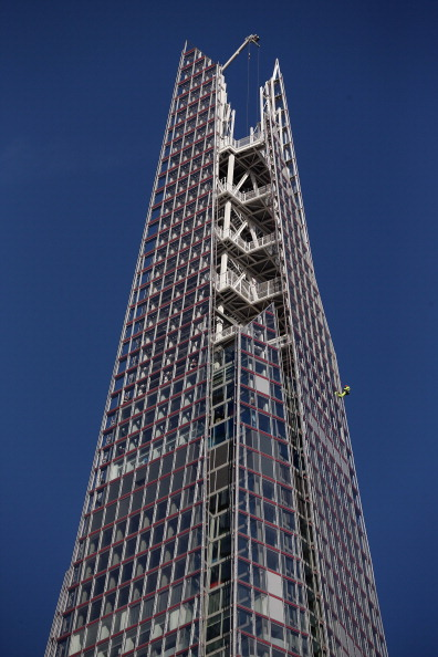 Skyscraper「A Worker Abseils Down the Outside of the Shard Skyscraper」:写真・画像(2)[壁紙.com]