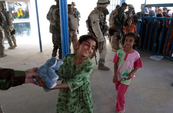 Baghdad「US And Iraqi Armies Offer Medical Clinic In Sadr City」:写真・画像(5)[壁紙.com]