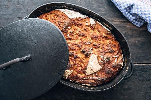 ノスタルジック「Potato Malt Bread made of rye and sourdough baked in an old iron cast pot」:スマホ壁紙(15)