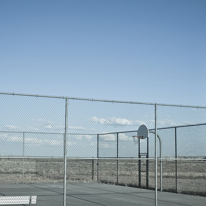 Chainlink Fence「USA, Wyoming, View of outside basketball court in desert」:スマホ壁紙(7)