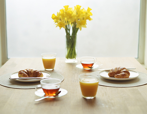 皿「Two breakfast place settings and vase of daffodils」:スマホ壁紙(0)