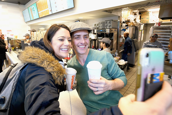 Rebranding「Dunkin' Rebrands To O'Dunkin' And Celebrates With Joey McIntyre Serving Free Irish Creme Coffee And Lattes To Guests In NYC」:写真・画像(9)[壁紙.com]
