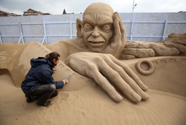 Sculptor「Sculptors Place The Finishing Touches To Their Hollywood Themed Sand Sculptures」:写真・画像(16)[壁紙.com]
