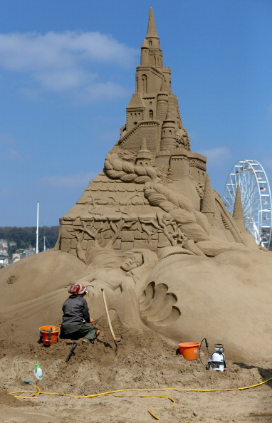 Weston-super-Mare「Sculptors Place The Finishing Touches To Their Once Upon a Time Sand Sculptures」:写真・画像(18)[壁紙.com]