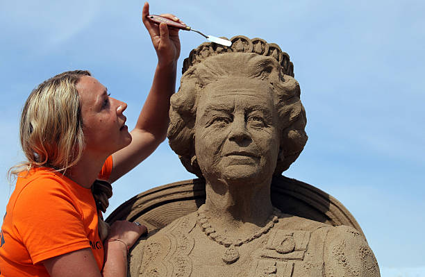 Artists Put The Finishing Touches To The Weston Super Mare Sand Sculptures:ニュース(壁紙.com)