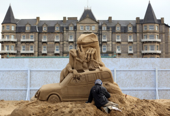 Sculptor「Sculptors Place The Finishing Touches To Their Hollywood Themed Sand Sculptures」:写真・画像(3)[壁紙.com]