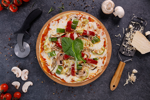 Fast Food「Delicious italian pizza on the black background」:スマホ壁紙(0)