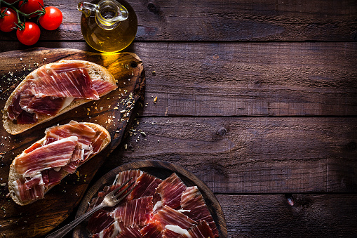 Appetizer「Delicious Iberico ham tray shot on rustic wooden table」:スマホ壁紙(2)
