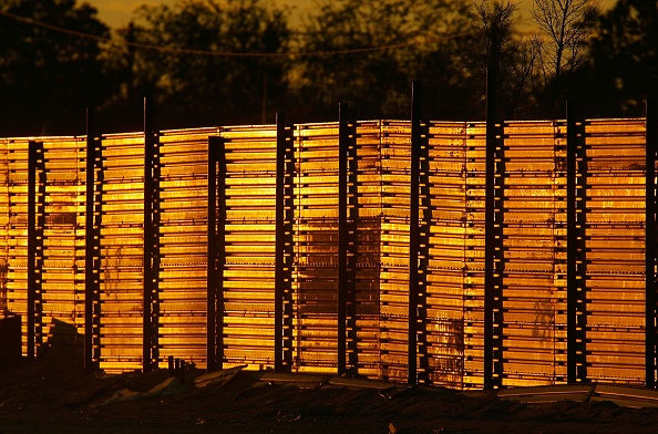 Dust「Construction Of Fence Along Mexican Border Picks Up Speed」:写真・画像(6)[壁紙.com]