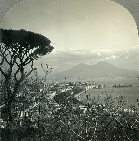 Volcanic Landscape「Vesuvius And Beautiful Naples From Posilipo Heights」:写真・画像(1)[壁紙.com]