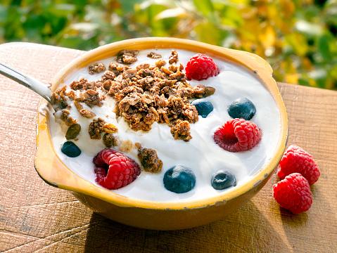 Raspberry「Yogurt berries granola outside」:スマホ壁紙(1)