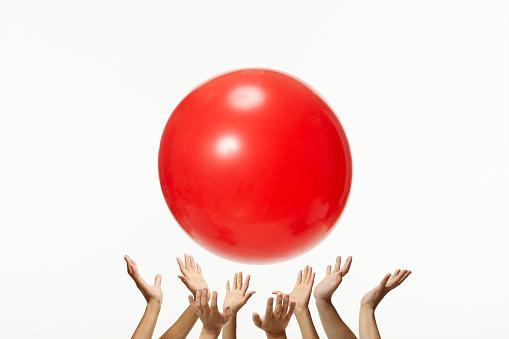 Shinagawa-ku「Red Ball Above Hands」:スマホ壁紙(19)