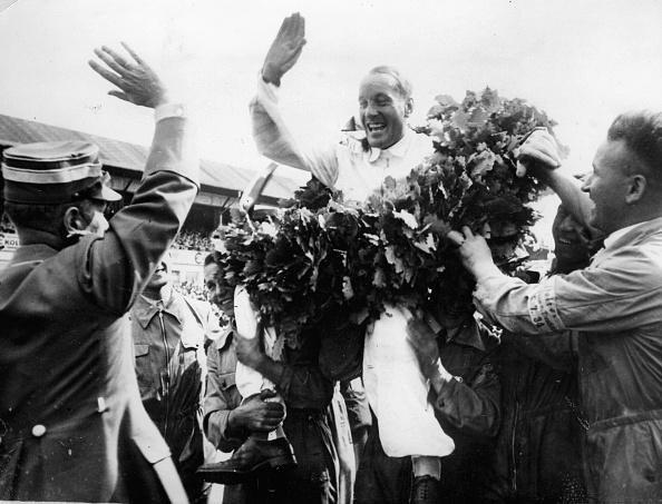 レーシングドライバー「Hans Stuck. German motor racing driver. Winner of the Grand Prix of Germany (Nuerburgring) in his Auto-Union-Car. 1934. Photograph. (Photo by Imagno/Getty Images) Der deutsche Automobilrennfahrer Hans Stuck gewinnt den Großen Preis von Deutschland (Nürbu」:写真・画像(1)[壁紙.com]