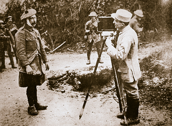 Filming「Cameraman Filming A Wounded Soldier Somme Campaign France World War I 1916」:写真・画像(11)[壁紙.com]