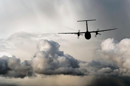Twin Propeller「propeller airplane flying in storm」:スマホ壁紙(10)