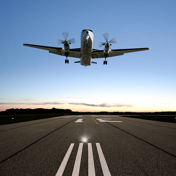 XXL propeller airplane landing:スマホ壁紙(壁紙.com)