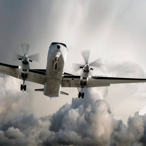 propeller airplane landing in storm:スマホ壁紙(壁紙.com)