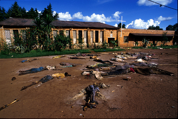 大量殺人「Bodies of Tutsi genocide victims lie outside a church...」:写真・画像(19)[壁紙.com]