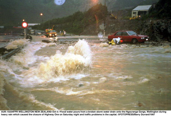 California State Route 1「Flood water pours from a broken storm water drain」:写真・画像(16)[壁紙.com]